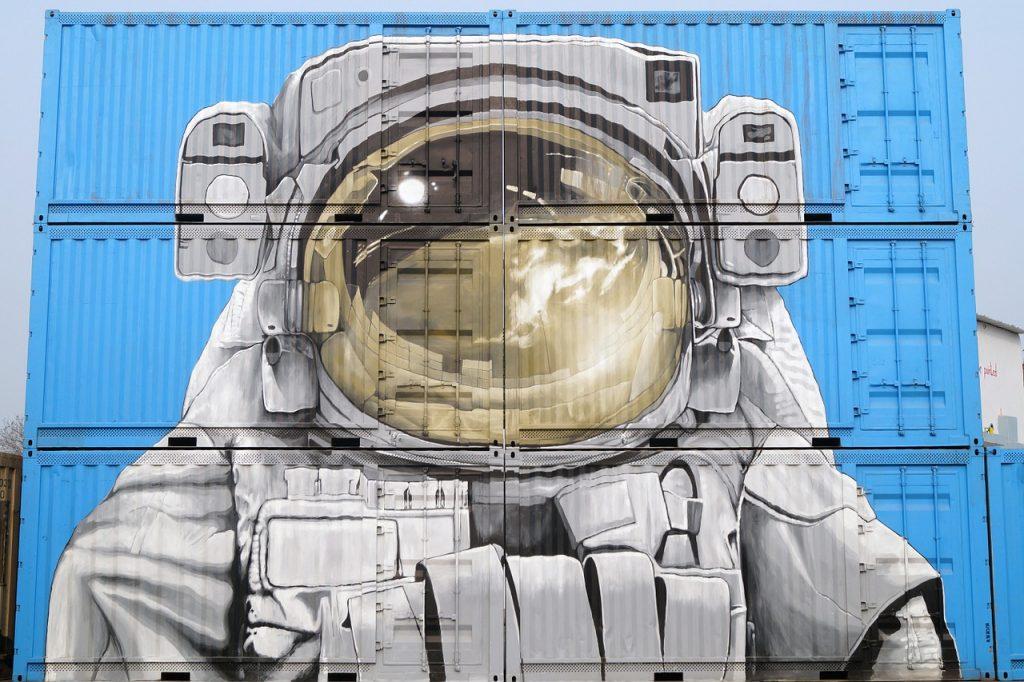 Astronauta dibujado en containers